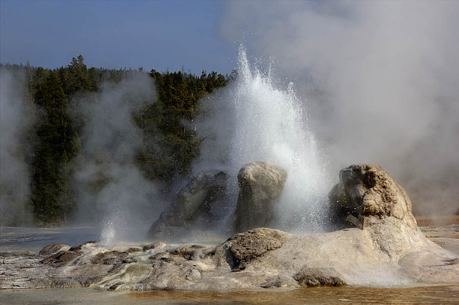 Grotto Geyser erupts during a long marathon eruption on 22 Sept 2012. (Janet White/Geyser Watch - click to enlarge)